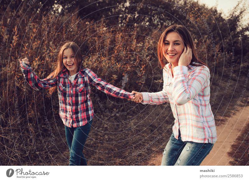 glückliche Mutter und Tochter auf dem Spaziergang im Sommer Lifestyle Freude Glück Spielen Ferien & Urlaub & Reisen Eltern Erwachsene Familie & Verwandtschaft
