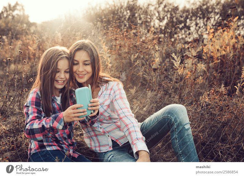 glückliche Mutter und Tochter, die im Sommer Selfie Outdoor machen. Lifestyle Freude Ferien & Urlaub & Reisen Telefon Eltern Erwachsene Familie & Verwandtschaft
