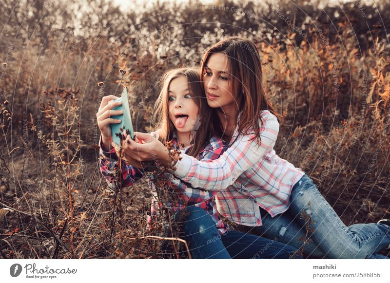 glückliche Mutter und Tochter, die Selbstgefälligkeit im Freien herstellen. Lifestyle Freude Glück Ferien & Urlaub & Reisen Sommer Telefon Eltern Erwachsene