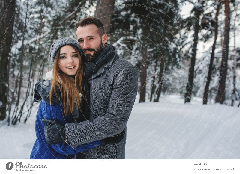 glücklich liebend Paar wandernd im verschneiten Winterwald Lifestyle Erholung Freizeit & Hobby Ferien & Urlaub & Reisen Freiheit Schnee Mann Erwachsene Wärme