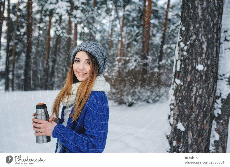 Frau Ferien & Urlaub & Reisen Natur blau Baum Erholung Freude Wald Winter Lifestyle Erwachsene natürlich Schnee Schneefall träumen Wetter
