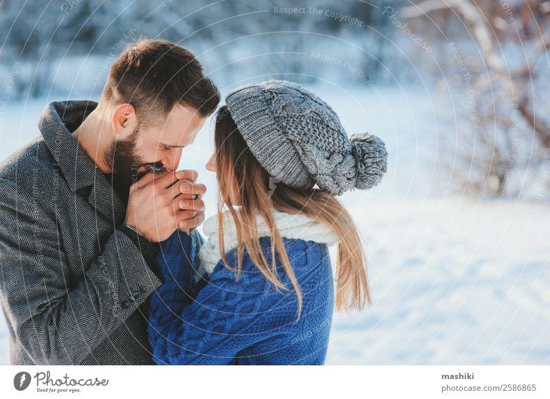 Lifestyle-Aufnahme eines glücklichen Paares beim Spazierengehen im verschneiten Wald Freude Freizeit & Hobby Ferien & Urlaub & Reisen Freiheit Winter Schnee