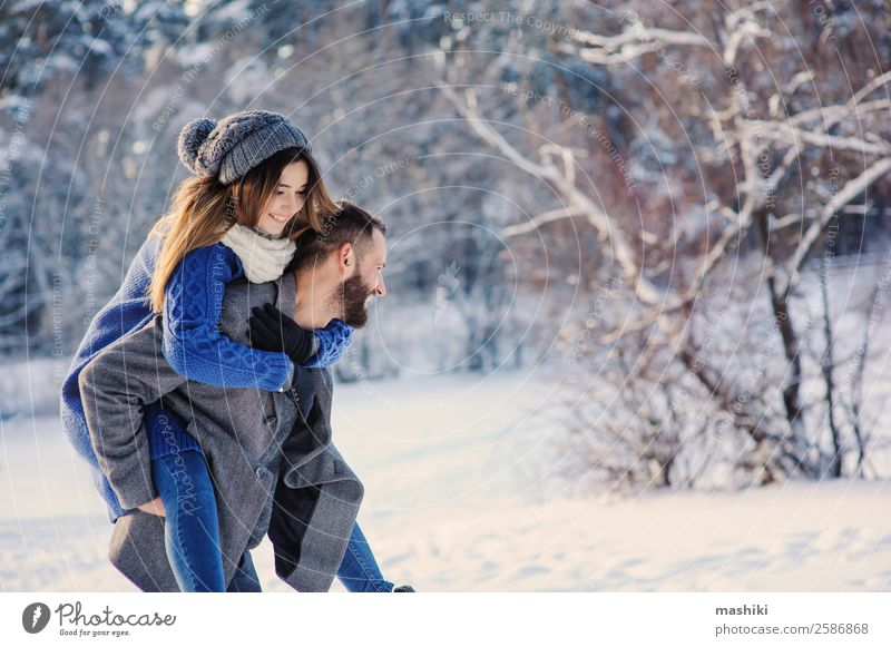 glücklich liebend Paar wandernd im verschneiten Winterwald Lifestyle Freude Freizeit & Hobby Ferien & Urlaub & Reisen Freiheit Schnee Mann Erwachsene Wald Hut