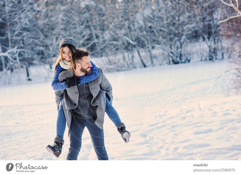 glücklich liebend Paar wandernd im verschneiten Winterwald Lifestyle Freude Erholung Freizeit & Hobby Ferien & Urlaub & Reisen Freiheit Schnee Mann Erwachsene