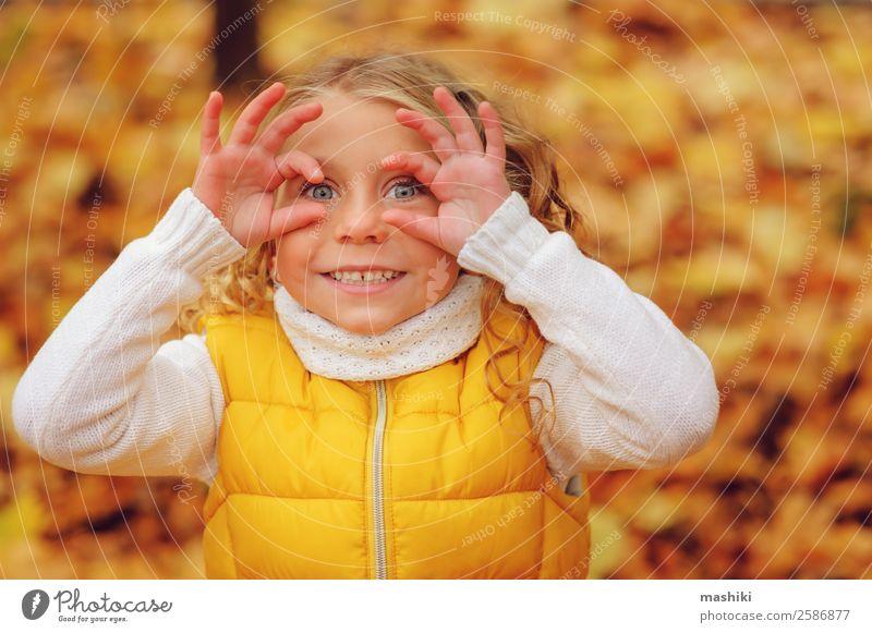glückliches Kind Mädchen spielt im Herbstpark Lifestyle Freude Freizeit & Hobby Ferien & Urlaub & Reisen Abenteuer Freiheit Sonne Mensch Kindheit Natur