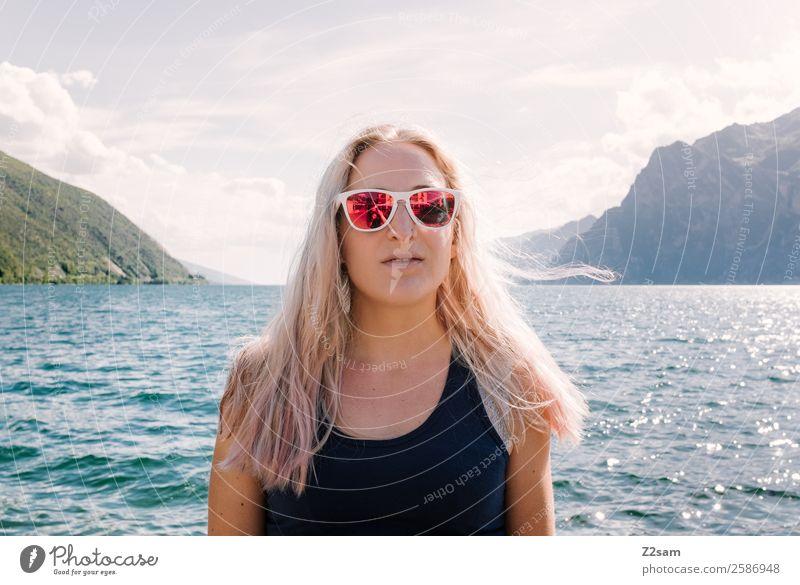 Junge Frau | Porträt | Gardasee Lifestyle elegant Stil Ferien & Urlaub & Reisen Jugendliche 30-45 Jahre Erwachsene Natur Landschaft Sonne Sommer Schönes Wetter