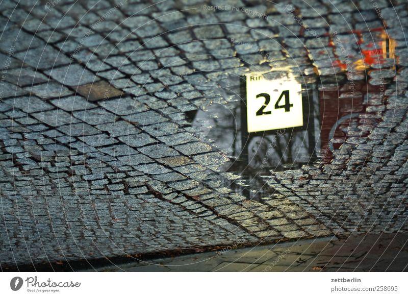 24 Umwelt Herbst Klima Klimawandel Wetter schlechtes Wetter Kleinstadt Stadt Architektur Verkehr Verkehrswege Straße Zeichen Ziffern & Zahlen