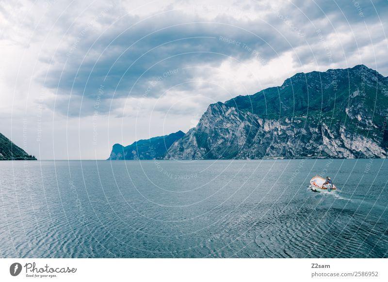 Gardasee | Italien | Motorboot Natur Landschaft Himmel Wolken Herbst Klima Klimawandel Alpen Berge u. Gebirge Seeufer Bootsfahrt Fischerboot fahren dunkel kalt