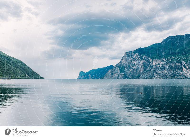 Gardasee | Natur | Wasser Landschaft Himmel Wolken Herbst schlechtes Wetter Berge u. Gebirge Seeufer dunkel kalt nachhaltig natürlich ruhig Einsamkeit Erholung