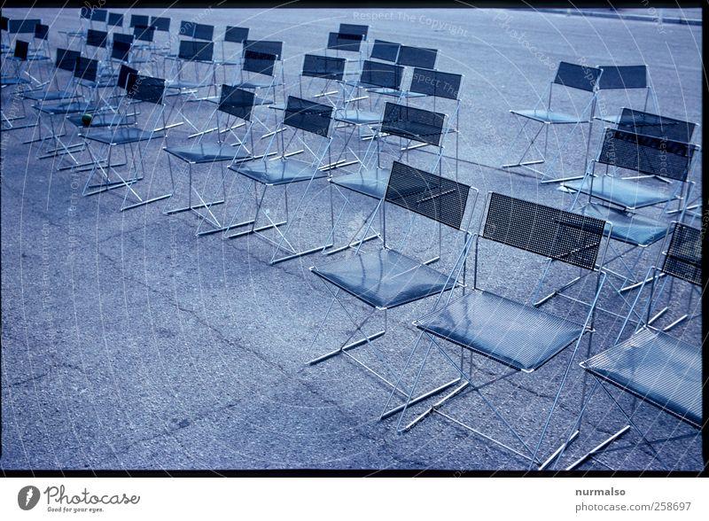 schlechte Vorstellung Lifestyle Freizeit & Hobby Möbel Stuhl Kunst Theater Bühne Veranstaltung Open Air Oper Umwelt schlechtes Wetter Platz Zeichen eckig