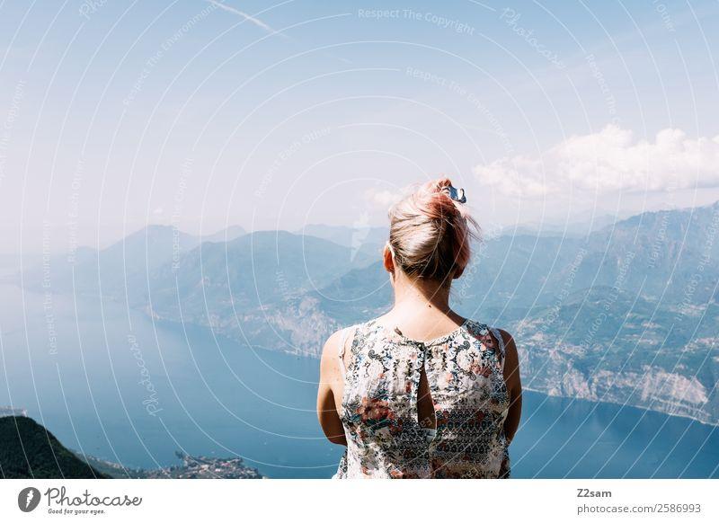 Gute Aussichten | Gardasee Ferien & Urlaub & Reisen Ausflug Sommer Sommerurlaub Berge u. Gebirge Junge Frau Jugendliche 18-30 Jahre Erwachsene Natur Landschaft