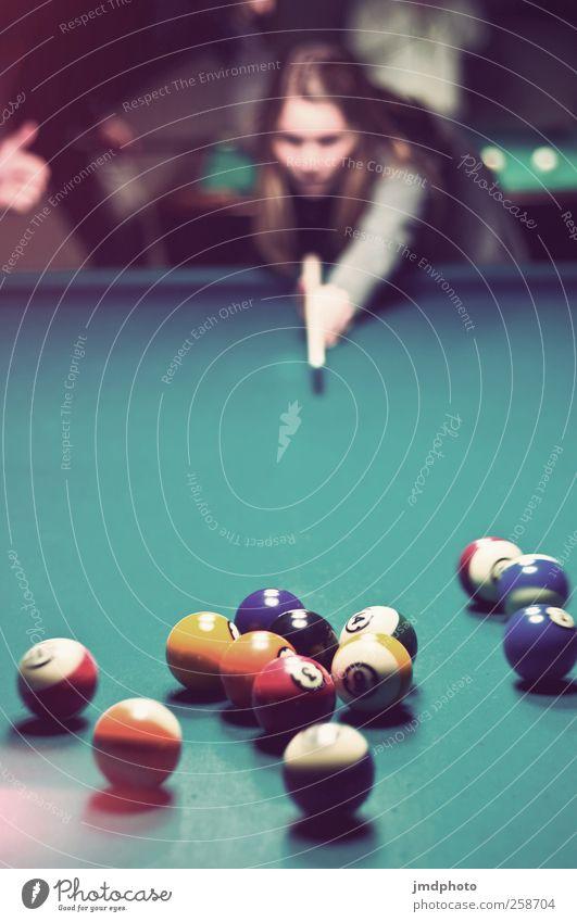 Billard Freude dunkel Spielen Haare & Frisuren Freundschaft Zusammensein Freizeit & Hobby Aktion Coolness Lebensfreude Bar Kugel Mensch Verabredung spaßig