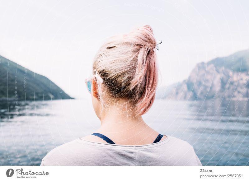 Gute Aussichten Lifestyle elegant Stil Junge Frau Jugendliche 18-30 Jahre Erwachsene Umwelt Natur Landschaft Sommer Schönes Wetter Berge u. Gebirge Seeufer