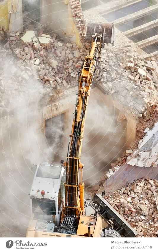 Gebäudeabbruch mit einem Bagger. Haus Arbeit & Erwerbstätigkeit Baustelle Industrie Maschine Baumaschine Ruine alt Business chaotisch Desaster Zerstörung Abriss