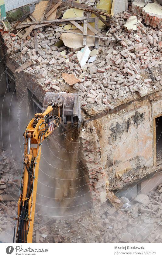 Gebäudeabbruch mit einem Bagger. Haus Arbeit & Erwerbstätigkeit Beruf Baustelle Maschine Baumaschine Ruine alt bedrohlich Krise Problemlösung Zerstörung Abriss