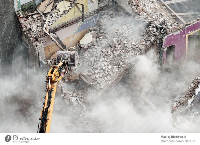 Bagger in der Staubwolke. Haus Arbeit & Erwerbstätigkeit Arbeitsplatz Baustelle Maschine Baumaschine Ruine Gebäude Vergänglichkeit verlieren Versicherung