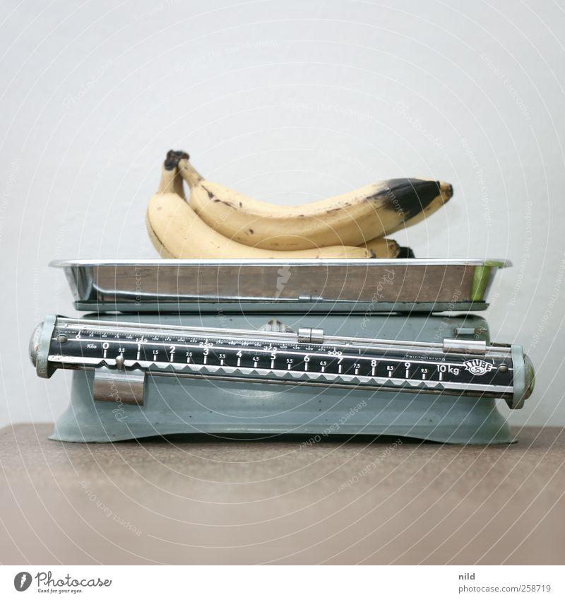 Bananen auf Waage blau gelb Metall braun Frucht Lebensmittel Ernährung Dekoration & Verzierung Vergänglichkeit Küche Kitsch Bioprodukte Gewicht