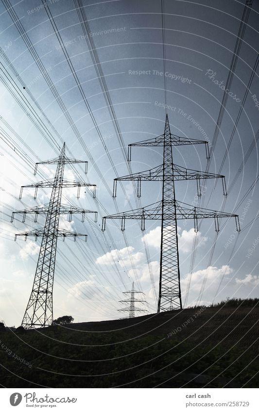 Strommasten Himmel blau Sommer schwarz Landschaft Linie Elektrizität Perspektive Umweltschutz Hochspannungsleitung