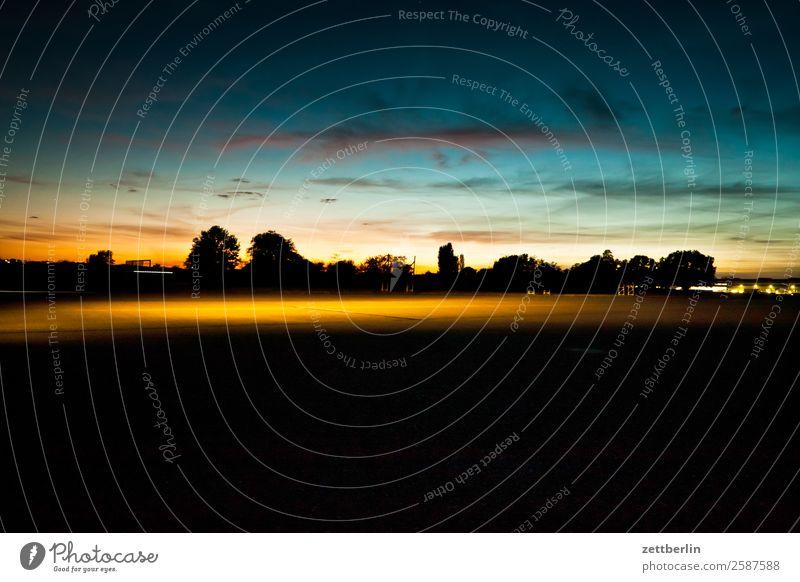 Tempelhofer Freiheit, abends Abenddämmerung Berlin Dämmerung Farbenspiel Feierabend Ferne Flughafen Flugplatz Himmel Himmel (Jenseits) Horizont Menschenleer