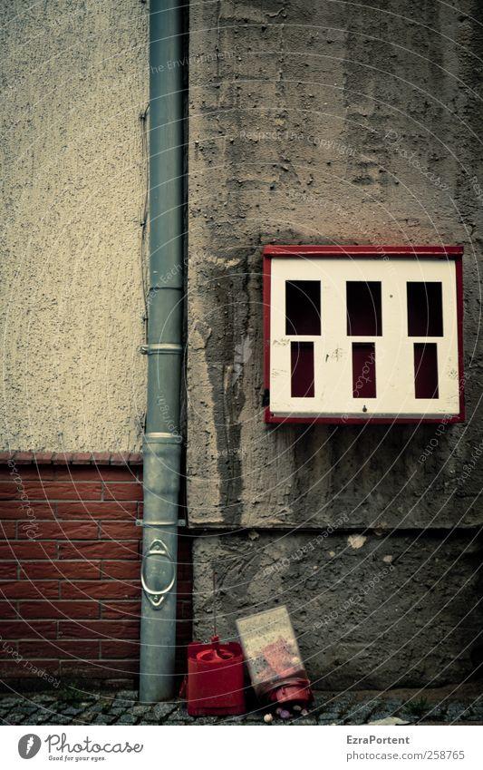 bubble gum wanted Lebensmittel Ernährung Kaugummi Haus Umwelt Kleinstadt Menschenleer Gebäude Mauer Wand Dachrinne Stein Beton Metall Backstein dreckig dunkel
