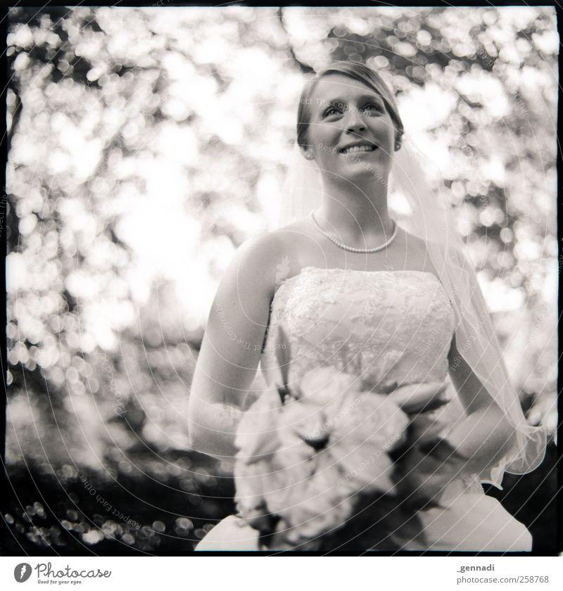 Die Braut feminin Junge Frau Jugendliche Erwachsene Körper Gesicht 1 Mensch 18-30 Jahre Kleid Halskette Perlenkette Blumenstrauß Schleier Lächeln Glück Lampe