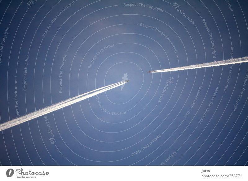 auf kollisionskurs Luftverkehr Himmel Verkehr Verkehrsmittel Verkehrswege Flugzeug Passagierflugzeug fliegen bedrohlich Angst Flugangst Zukunftsangst gefährlich