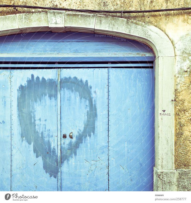 herz, gelöscht Haus Bauwerk Gebäude Mauer Wand Fassade Tür Zeichen Graffiti Herz Klischee trist Stadt blau Liebe Treue Romantik Traurigkeit Liebeskummer Schmerz