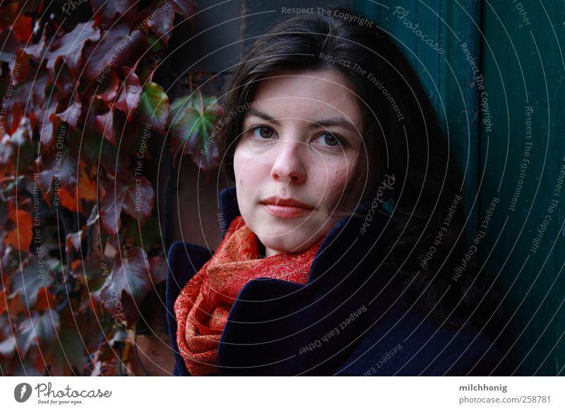 Schneewittchen #23 Mensch feminin Junge Frau Jugendliche 1 18-30 Jahre Erwachsene Efeu Tür Mantel Schal brünett langhaarig Lächeln schön rot Verlässlichkeit