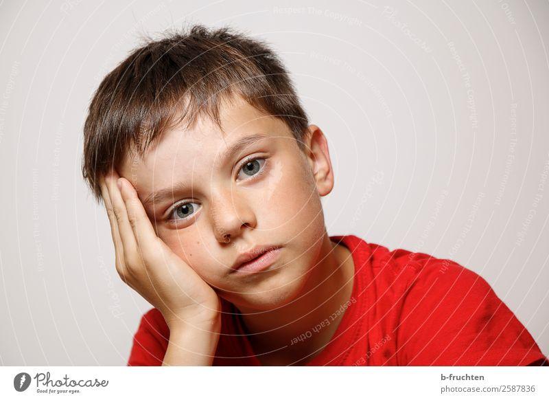 Langweilig Kind Mensch Hand Gesicht Traurigkeit träumen Kindheit sitzen T-Shirt Müdigkeit Langeweile Enttäuschung Schulkind Laune 3-8 Jahre
