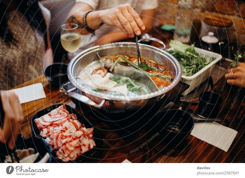 Koreanisches Gericht mit heißem Topf. Lebensmittel Fleisch Meeresfrüchte Gemüse Suppe Eintopf Essen Lifestyle Ferien & Urlaub & Reisen Winter Restaurant Mensch