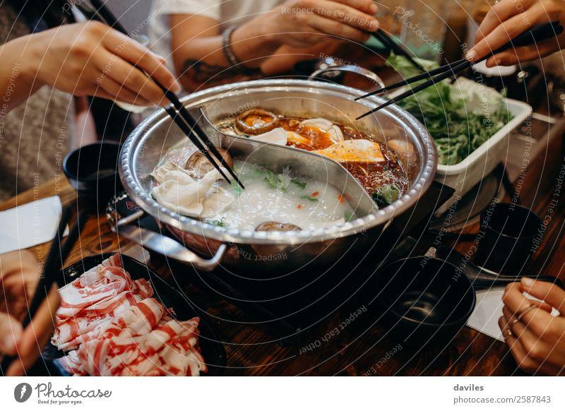 Koreanisches Hot Pot Gericht. Fleisch Meeresfrüchte Gemüse Suppe Eintopf Essen Topf Lifestyle Ferien & Urlaub & Reisen Restaurant Mensch Hand 3 Kultur heiß