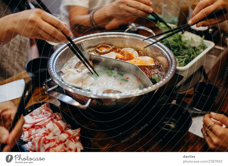 Mensch Ferien & Urlaub & Reisen Hand Speise Essen Lifestyle Kultur Warmherzigkeit kochen & garen lecker Gemüse Tradition Asien heiß Essen zubereiten Restaurant