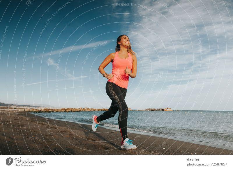 Blonde Frau, die am Strand rennt. Lifestyle sportlich Fitness Wellness Leben Meer Sport Sport-Training Joggen Mensch feminin Junge Frau Jugendliche Erwachsene 1