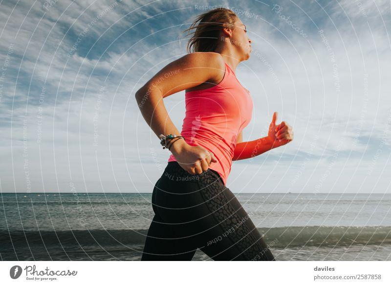 Frau in Sportkleidung läuft an der Meeresküste Lifestyle sportlich Wellness Leben Strand Fitness Sport-Training Sportler Joggen Mensch feminin Junge Frau