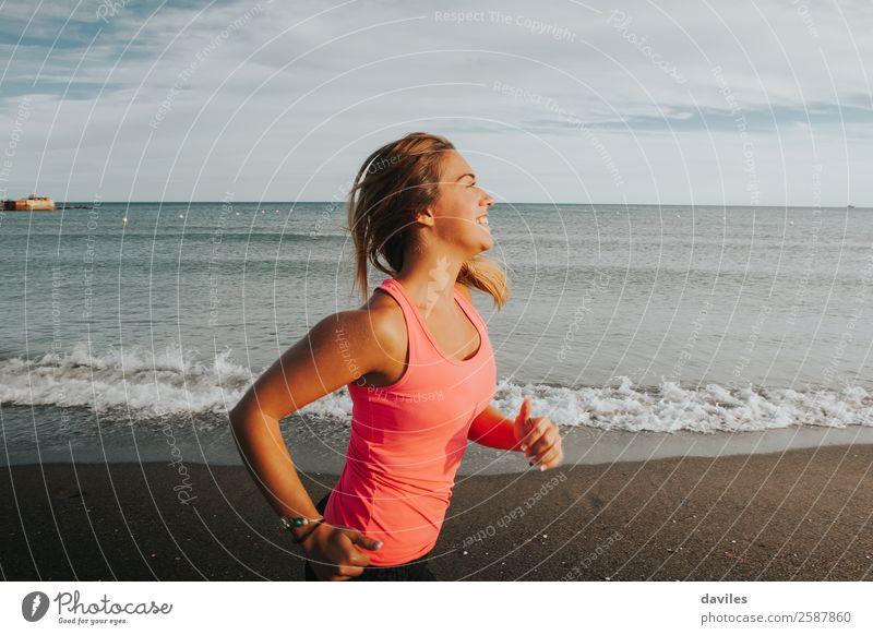 Frau in Sportkleidung läuft an der Meeresküste Lifestyle Freude schön sportlich Fitness Wellness Leben Sommer Sonne Strand Joggen Mensch feminin Junge Frau