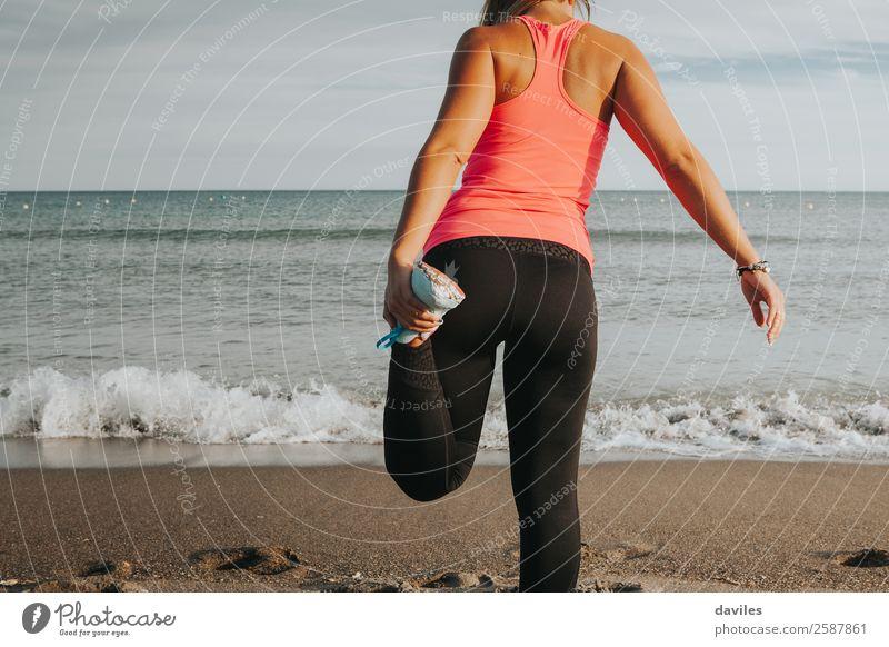 Frau Mensch Himmel Jugendliche Junge Frau Strand schwarz 18-30 Jahre Lifestyle Erwachsene Beine Wärme Leben natürlich feminin Sport