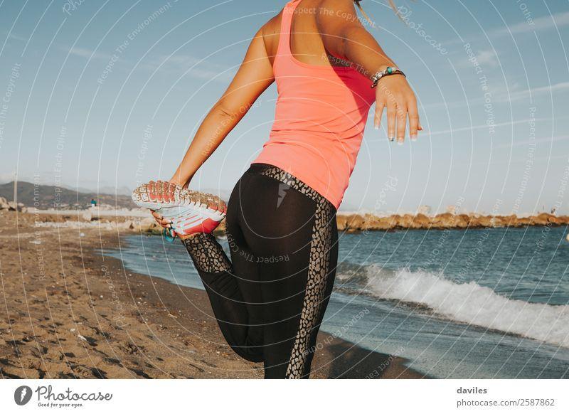 Frau Mensch Jugendliche Junge Frau Sommer Meer Strand 18-30 Jahre Lifestyle Beine Erwachsene Leben feminin Sport Sand Körper