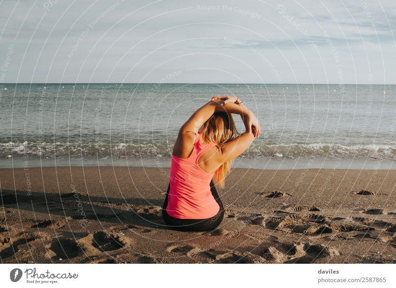 Mensch Jugendliche Junge Frau Sommer Meer Strand 18-30 Jahre Lifestyle Erwachsene feminin Sport Gesundheitswesen Körper blond sitzen Rücken