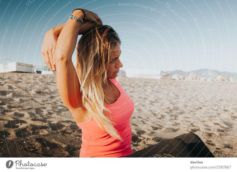 Blondes Mädchen, das sich am Strand ausstreckt. Lifestyle sportlich Fitness Wohlgefühl Sommer Sport Sport-Training Yoga Mensch feminin Junge Frau Jugendliche