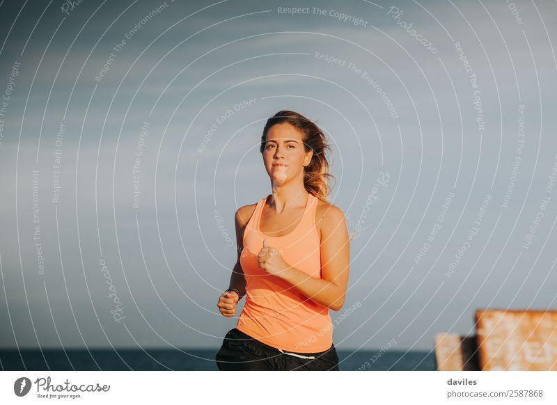 Blonde Frau, die im Freien läuft. Lifestyle sportlich Fitness Sommer Sport Sport-Training Joggen Mensch feminin Junge Frau Jugendliche Erwachsene 1 18-30 Jahre