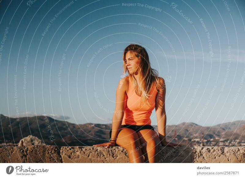 Frau Mensch Jugendliche Junge Frau weiß Sonne Erholung ruhig Berge u. Gebirge 18-30 Jahre Lifestyle Erwachsene feminin Sport Küste Mode
