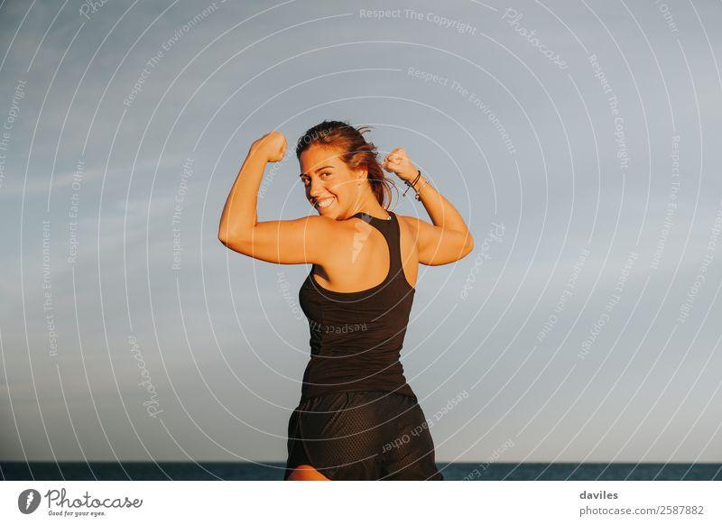 Junges Mädchen mit starkem Bizeps nach Fitnesstraining im Freien. Fitness-Frau. Freude Körper Wohlgefühl Sommer Sport Erfolg Mensch feminin Erwachsene Arme 1