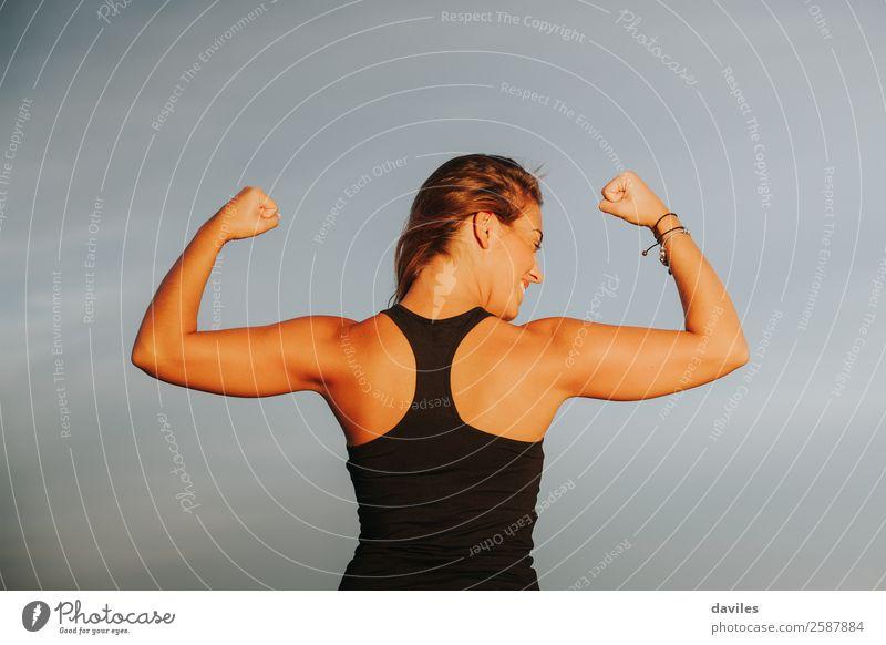 Junges Mädchen mit starkem Bizeps nach Fitnesstraining im Freien. Fitness-Frau. Freude schön Körper sportlich Sommer Strand Sport Erfolg Joggen Mensch feminin