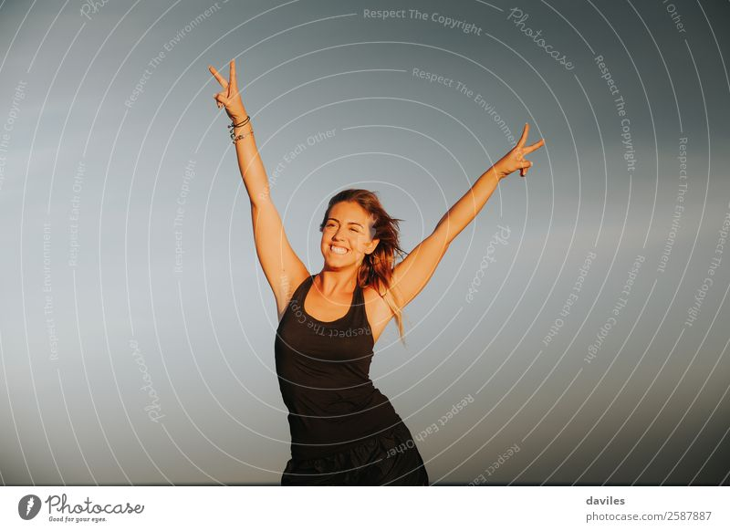 Athletin, die den Sieg im Freien feiert. Lifestyle Freude schön Leben Sport Fitness Sport-Training Erfolg Mensch feminin Junge Frau Jugendliche Hand Finger 1