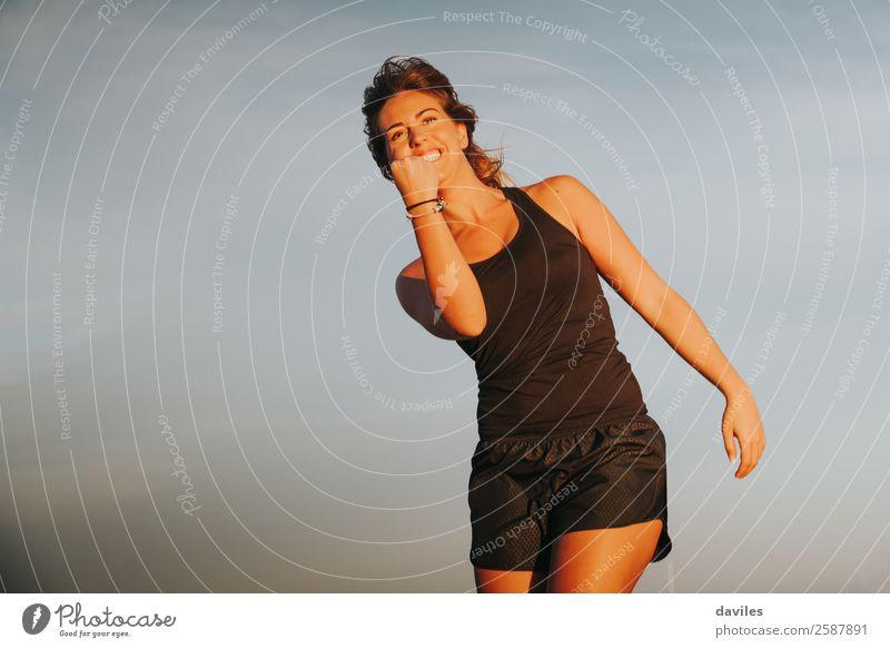 Athletin, die den Sieg im Freien feiert. Lifestyle Freude Glück sportlich Wellness Leben Freizeit & Hobby Sommer Sport Erfolg Mensch feminin Junge Frau
