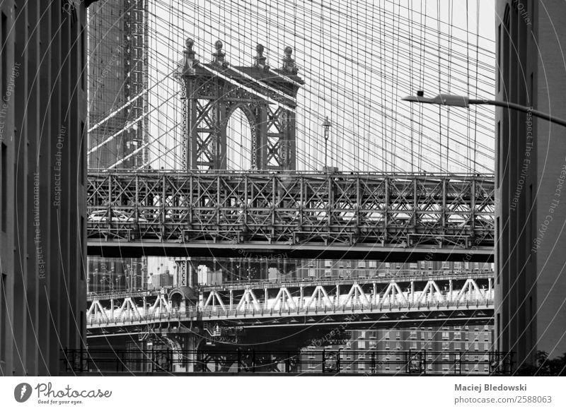 Brooklyn und Manhattan Bridge. Sightseeing Städtereise Brücke Architektur Sehenswürdigkeit Wahrzeichen alt schwarz weiß New York State Großstadt