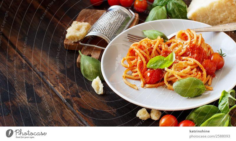 Spaghetti-Nudeln mit Tomatensauce, Basilikum und Käse Gemüse Kräuter & Gewürze Ernährung Mittagessen Abendessen Vegetarische Ernährung Teller Löffel Restaurant