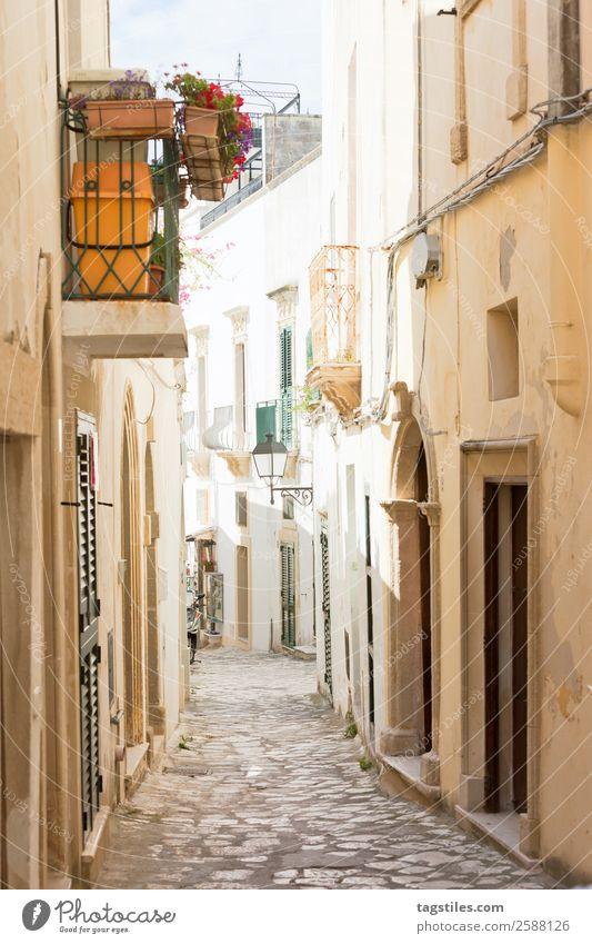 Otranto, Apulien - Gasse in der Altstadt von Otranto in Italien Architektur Torbogen Balkon Großstadt Kopfsteinpflaster Europa Fassade Fischerdorf historisch