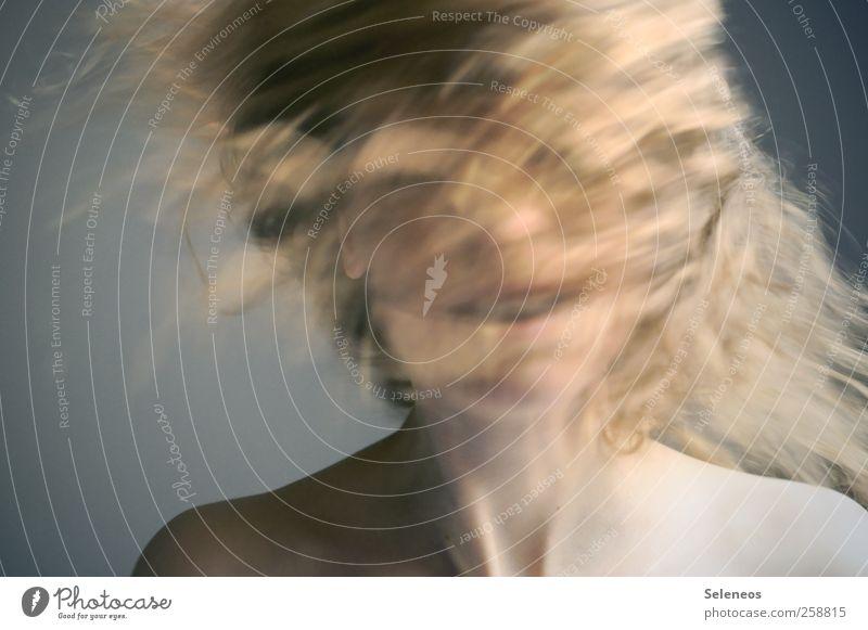 head on Mensch Frau Jugendliche schön Gesicht Erwachsene Bewegung Haare & Frisuren Kopf Glück Körper blond Mund Haut Geschwindigkeit Junge Frau