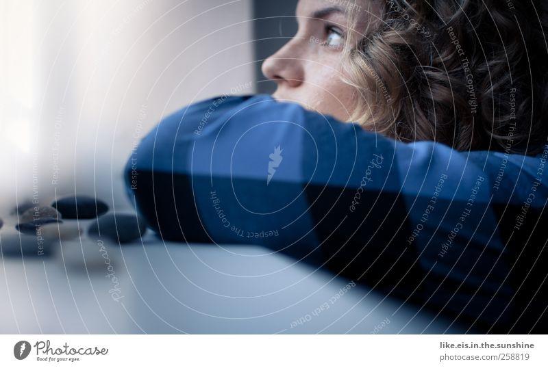sehnsucht Frau Mensch Jugendliche schön Einsamkeit ruhig Gesicht Erwachsene Auge Erholung feminin Leben Fenster Gefühle Kopf Haare & Frisuren